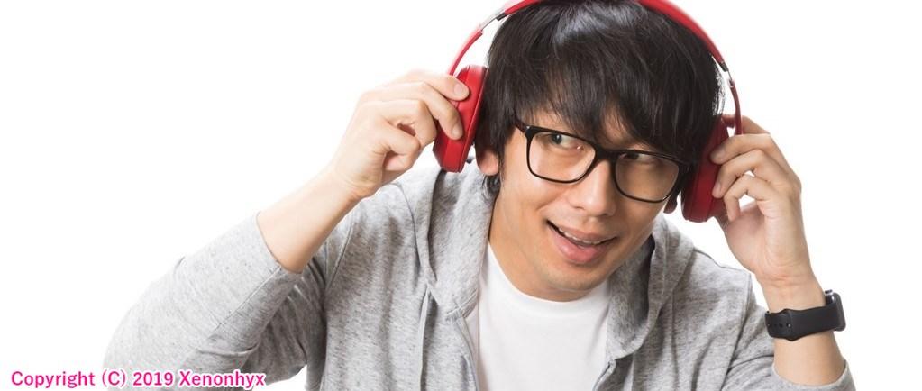 ヘッドフォンで音楽を聴く人